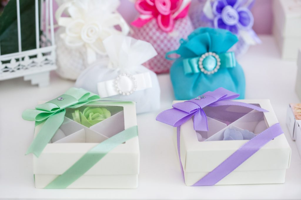 Personalize wedding favours
